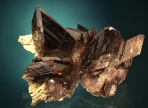 Un minéral, de l'axinite des Alpes.